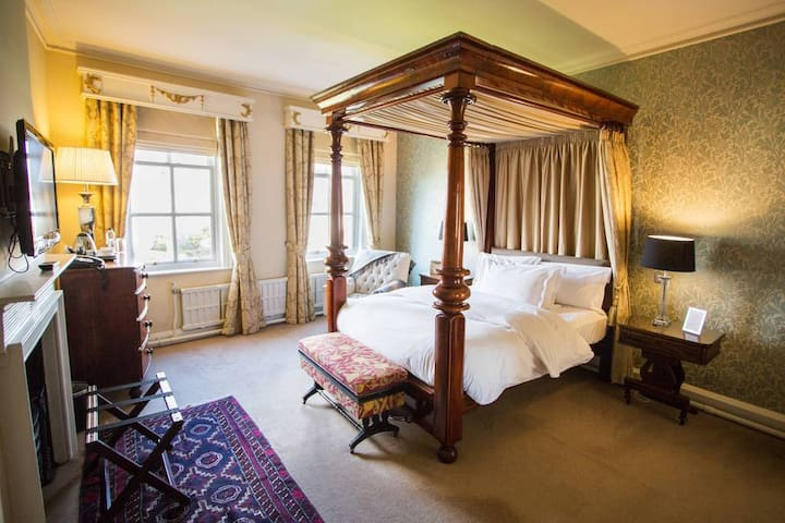 Willoughby Room at Grays Court Hotel