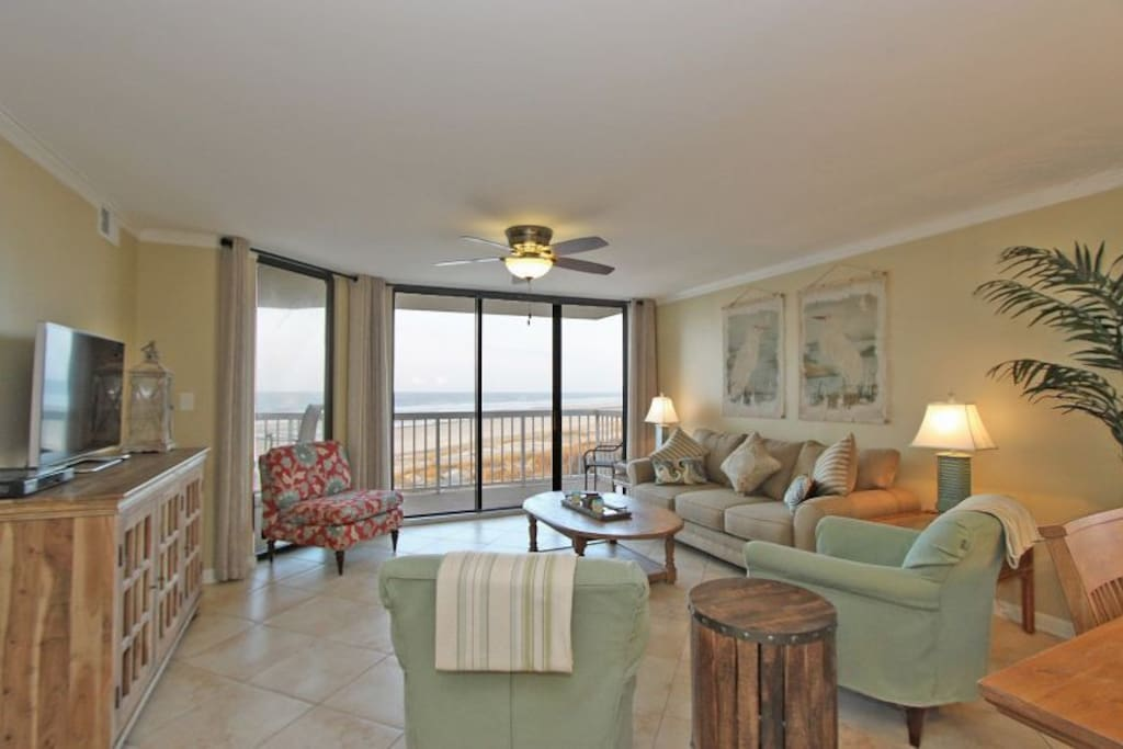 """Flamingo Sunset"" - open, oceanfront living area!"