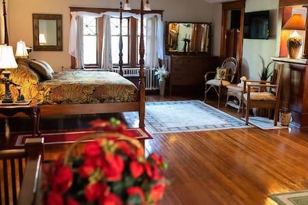 Beth's Bungalow- The Savannah Room