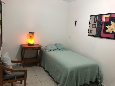 Acogerdora habitación privada en centro de Morelia