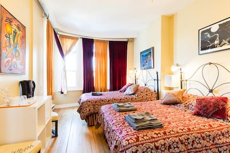 Spacious room - 2 DOUBLE BEDS - Quebec