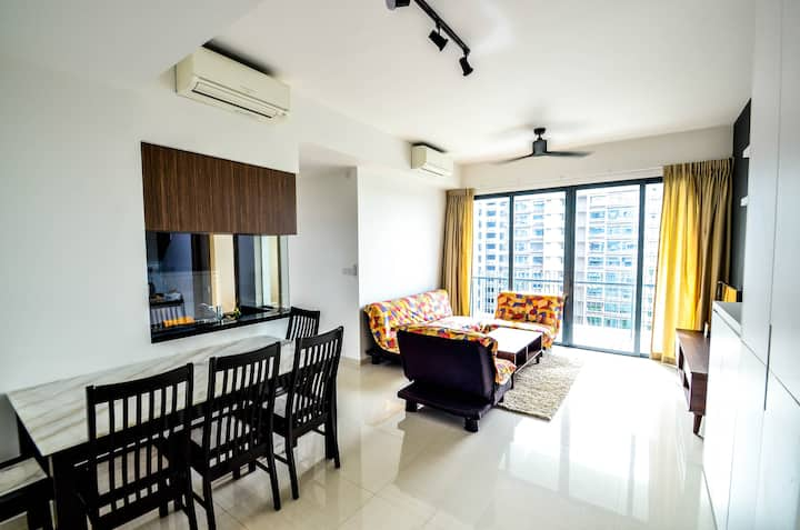 Modern 3 bedroom Condominium Near Public transport