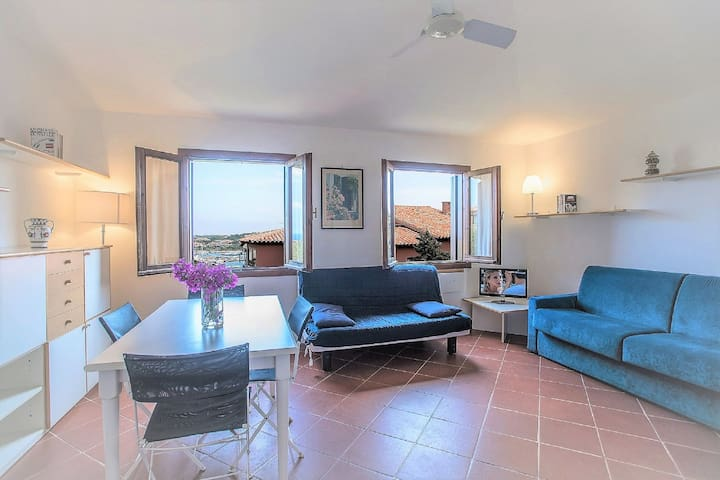Bright Holiday Apartment with Wi-Fi, Balcony and Pool, Close to the Beach