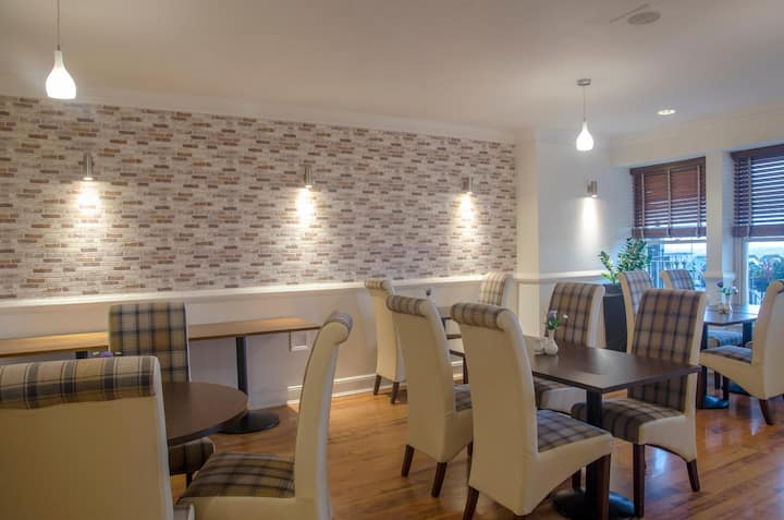 Essential and Business Travel Only: Bright Family Room Standard At Brighton