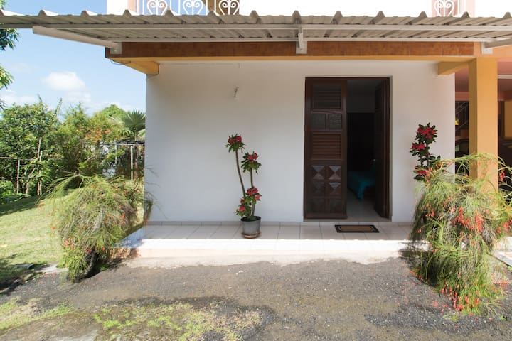 Joli bas de villa avec jardin - Saint-Esprit - Apartemen