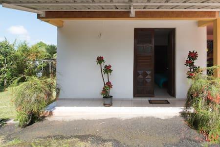Joli bas de villa avec jardin - Saint-Esprit - Lakás
