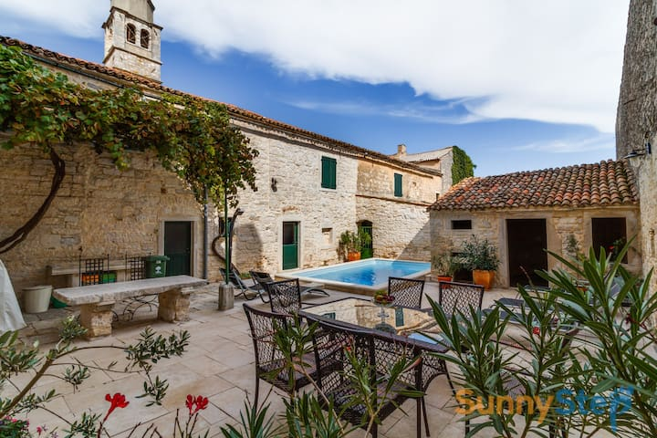 Rustic Villa Sanvincenti with a private pool