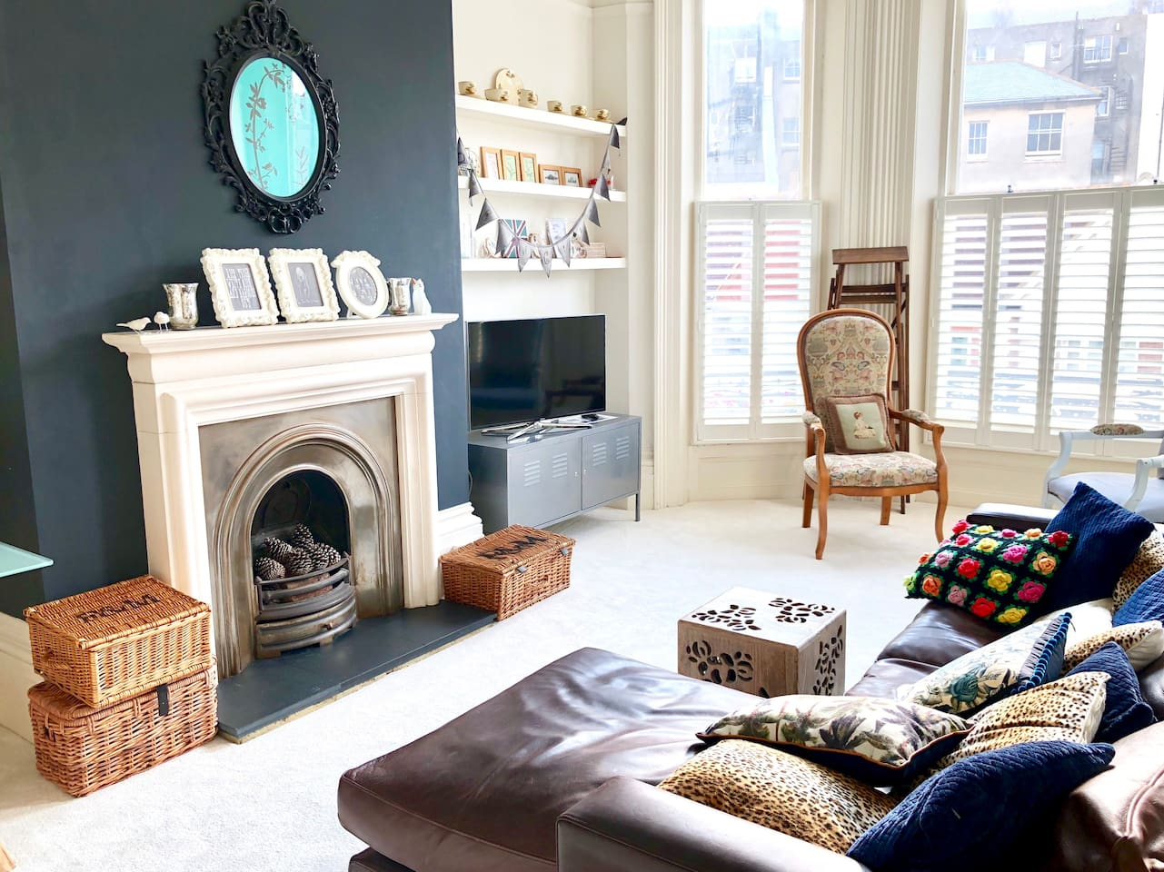 A LARGE Living room with HEIGH ceilings ! A nice Fireplace (not to be used),  a comfy sofa, some armchairs.... There is a 40 inch TV  (with Netflix and Amazon Video ! and some Freeview channels (e.g. BBC Iplayer))