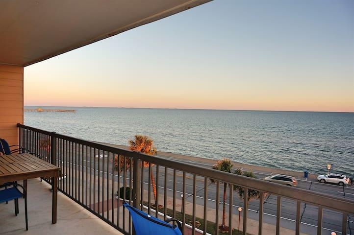 Galveston Ocean Front Condo, Breath-Taking Ocean View, 3 Pools BBQ Grills
