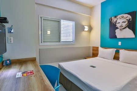 Apartamento com 01 cama de  casal Queen