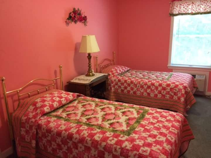 Lovely Wooded Rural Setting Hydrangea Room