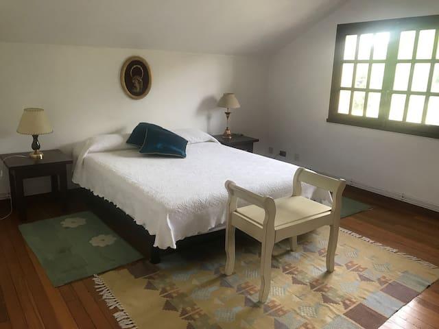 habitación privada en casa proxima a Monte do Gozo