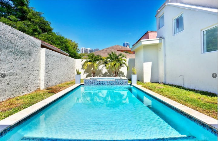 Gorgeous Pool Villa! W/Distance to Brickell &Beach