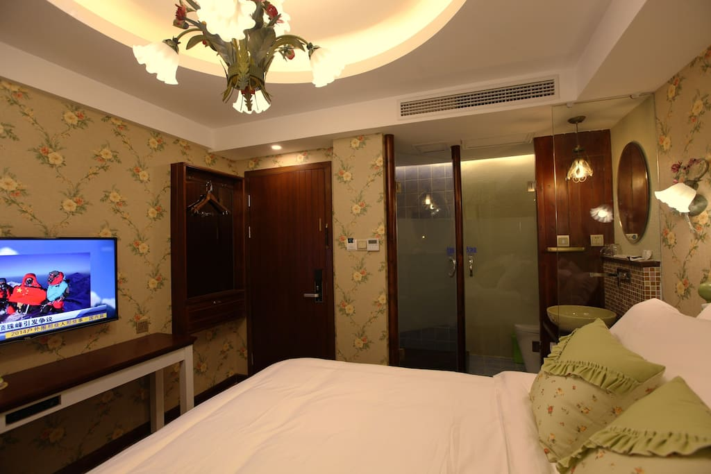 【晚霞】位于整栋楼的二楼,1.8米*2米豪华大床;五星标准床品;品牌洗护;有窗户
