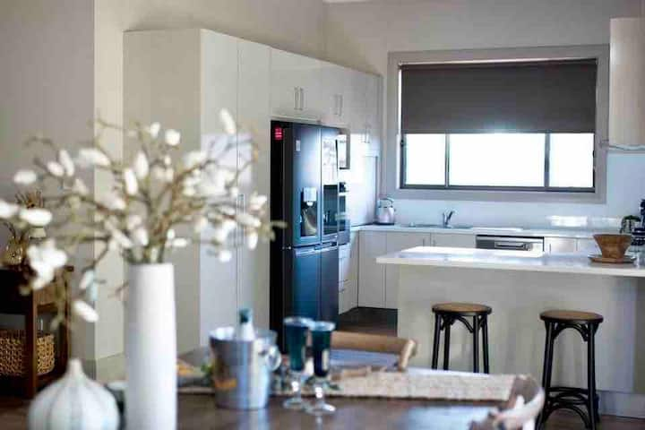 Spacious house-Parkes Elegant yet affordable stay🌾