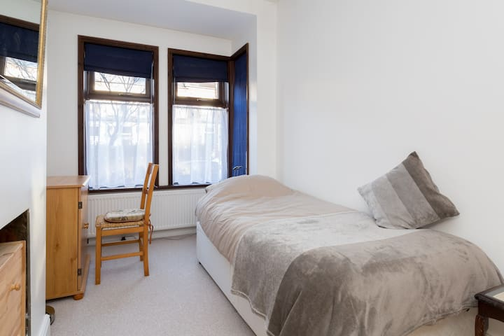 Lovely single room in comfortable Earlsdon home - Coventry