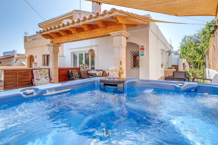 """Luxury Holiday Home """"Casa Mediterránea"""" with Terrace, Jacuzzi, Fireplace, Wi-Fi, Air Conditioning & SAT-TV; Parking Available"""