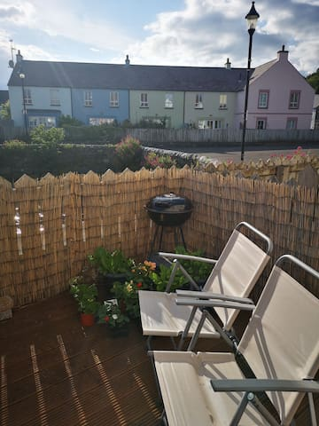 Sun facing decked area, ready for a BBQ!