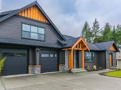 Bright and Cozy with Kitchen - Nanaimo