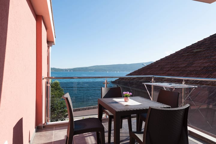 Luxury 4* 1BDR Apartment with Sea View DELFIN