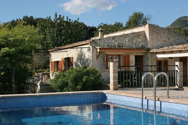 Holiday house with private swimming pool in the foothills of the Campanet valley