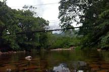 ponte de arame na comunidade de vila Rosa. cerca de 2 km do loft.