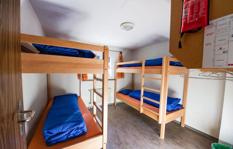 Vierbettzimmer mit 2 Stockbetten