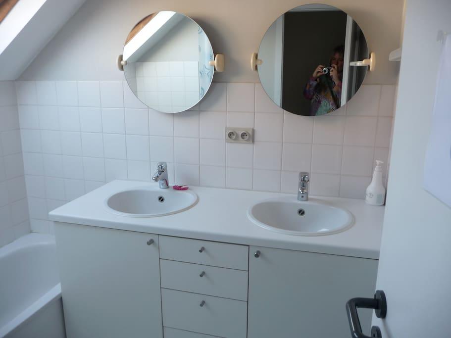 Sdb privée, deux lavabos, une baignoire + 2WCs privés.