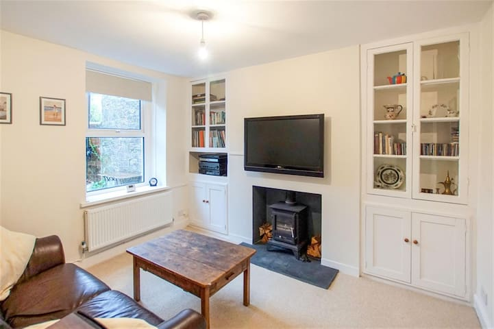 Village setting easy access to city centre - Cardiff - House