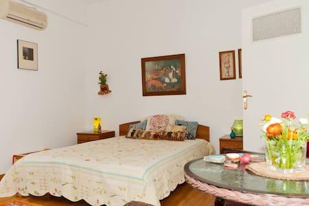 Ηλιόλουστο δωμάτιο στου Παπάγου - Papagos