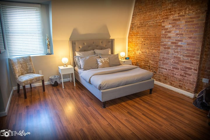 ★The Nook★ Large Modern Studio-3 Miles to Downtown