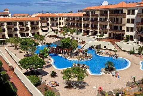 Oppholdet ditt på Tenerife. Avslapp bassengstrand og trådløst nettverk.