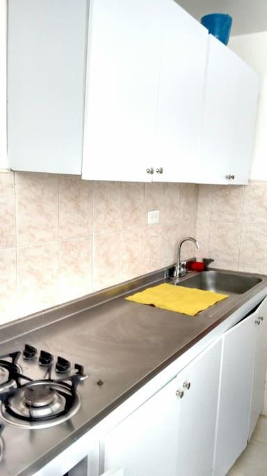 cocina integral con estufa a gas. gabinete superior e inferior.