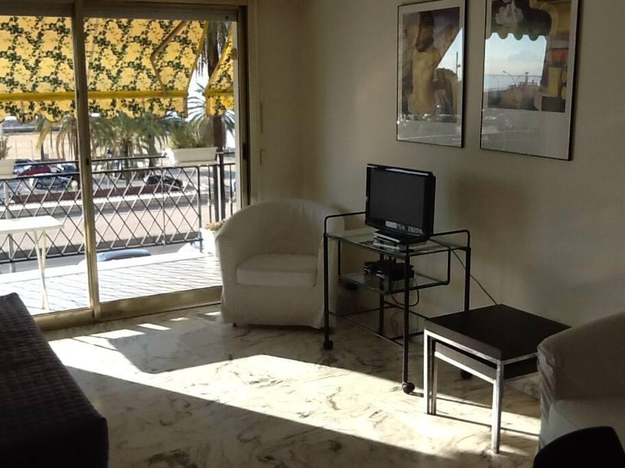 Sala da pranzo e salotto su terrazza fronte mare