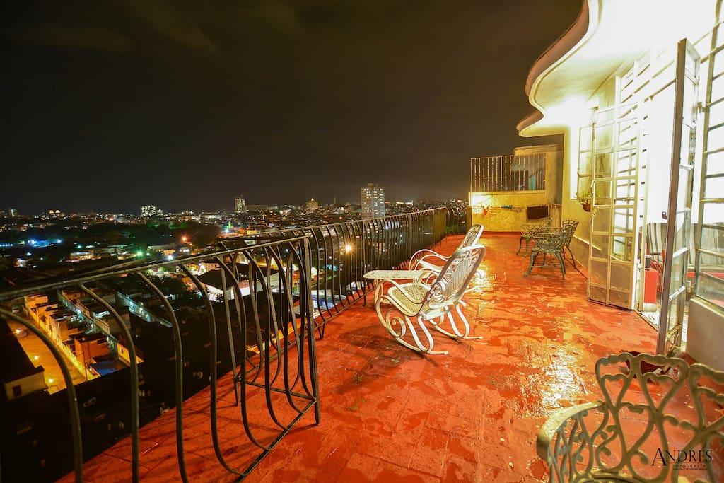 Desde la Terraza, al aire libre nuestros visitantes disfrutan de la vista nocturna de la Ciudad de la Habana.