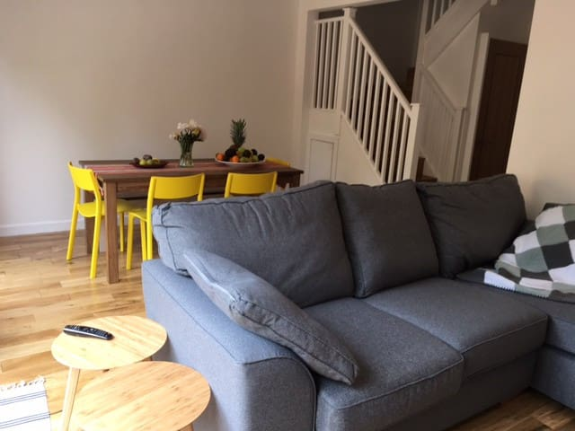 Modern family home with great transport links - London - House