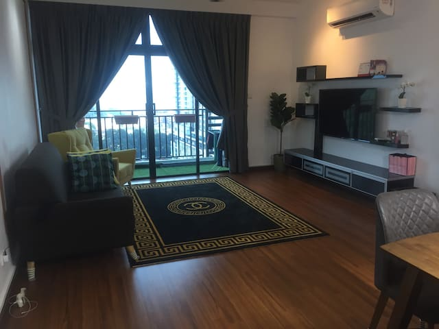 Modern stylish condo unit in the heart of JB...