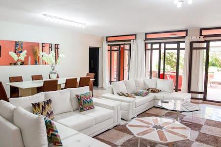 Appartement rez de jardin 300m2 ,3 golfs,piscine