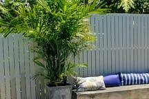 Espace détente autour de la piscine, calme et intimiste