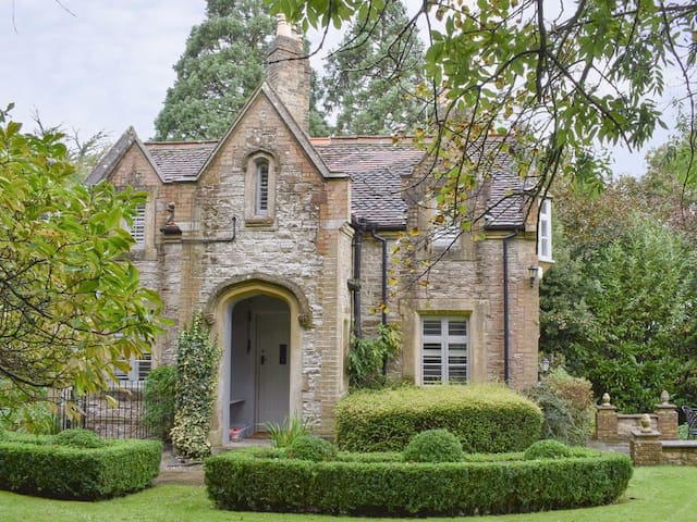 Middle Lodge (UK12997)