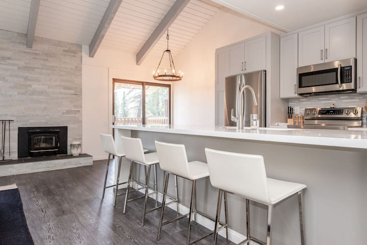 Gorgeous, Remodeled Condo Close to Slopes!