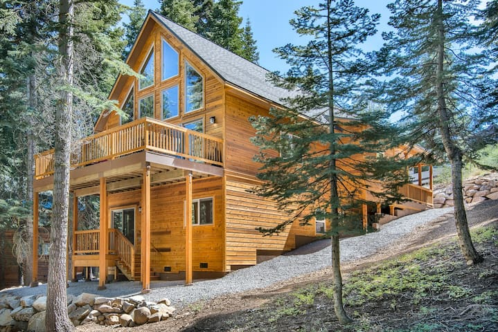 Donner Delight: Stylish Cabin Near Slopes