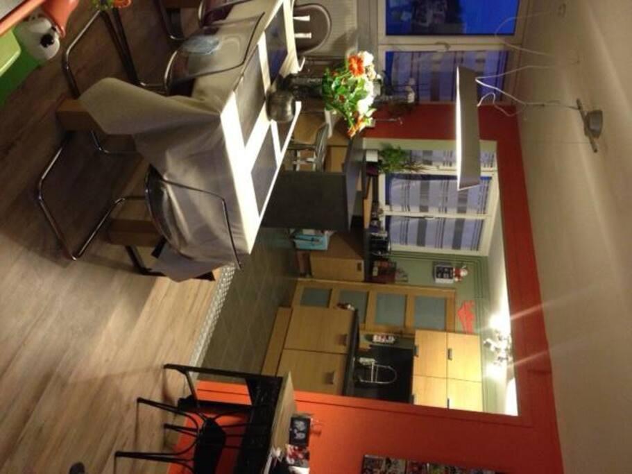 La cuisine ouverte sur la salle à manger