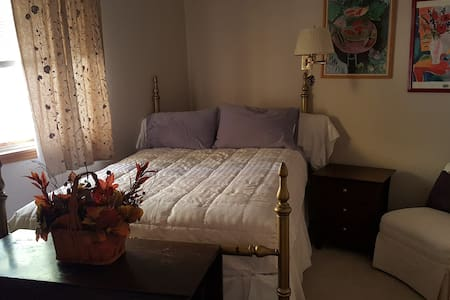 Sunny bedroom with private adjoining bathroom - Casa