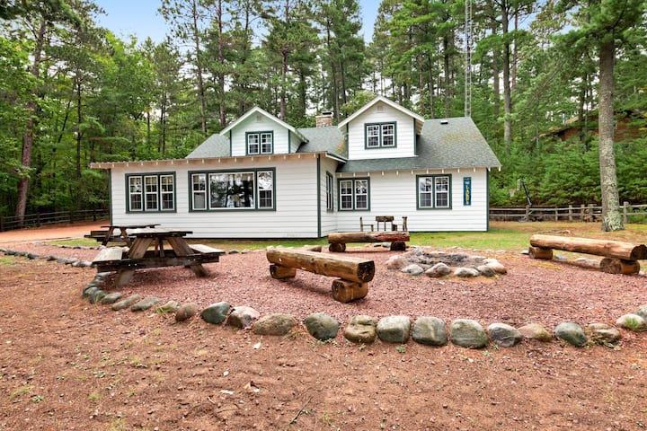 Family-friendly and waterfront home w/ basketball hoop - Dogs ok!