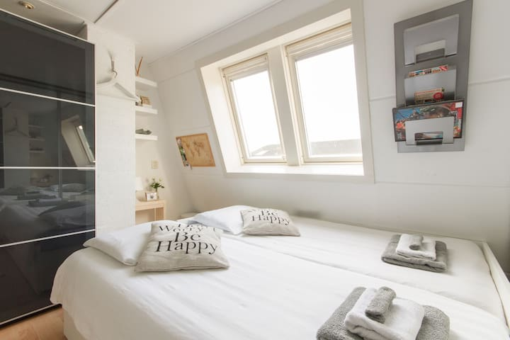 Cosy room close to Airport & A'dam - Hoofddorp - Bed & Breakfast