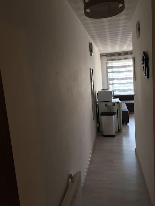 Couloir : vue de la porte d'entrée