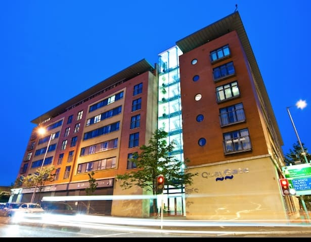 Modern City Centre Riverside Apartment - Belfast - Apartment
