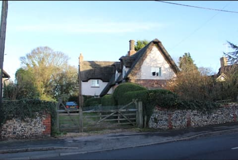 Beautiful Country Thatched Cottage (room 2)