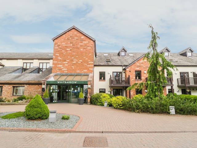 APARTMENT 8, romantic, with pool in Penruddock, Ref 982904